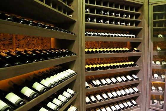 텐티드 캠프의 와인 셀러. 샴페인을 제외하고 와인과 치즈가 무한 제공된다.