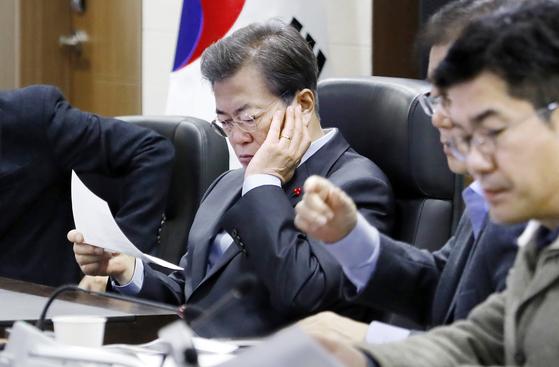 문재인 대통령이 3일 오전 청와대 위기관리센터에서 인천 영흥도 인근 해상에서 전복된 낚싯배 선창1호와 관련한 보고 자료를 살피고 있다. [연합뉴스]