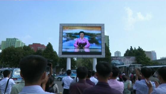 북한이 6차 핵실험을 단행한 지난 9월3일 오후 '중대보도'를 시청하고 있는 북한 주민들. [연합뉴스]