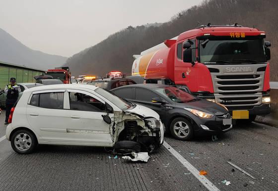 터널이나 교량에서 자동차 사고시 평균 교통사고 치사율보다 배 이상 사망 가능성이 높은 것으로 나타났다. 사진은 지난달 22일 서울양양고속도로에서 발생한 13중 추돌사고 현장. [연합뉴스]
