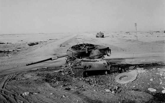 1973년 시나이 반도에서 파괴된 이스라엘군 주력전차 M60A1이 방치돼 있다. 당시 이스라엘군은 소련제 최신 방공과 대전차 무기로 무장한 이집트군의 기습에 당해 항공과 기갑 전력의 상당 부분을 잃었다. 아랍권을 얕잡아본 '정보 실패'가 원인으로 분석돼 전후 이스라엘 정보기관들은 대대적인 혁신이 나섰다. [중앙포토]