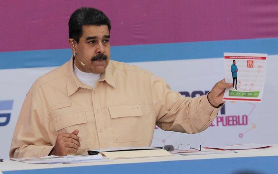 3일 방송에 출연해 가상화폐 '페트로' 도입을 발표하는 마두로 베네수엘라 대통령. [로이터=연합뉴스]