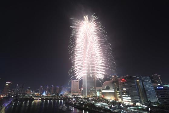 롯데월드타워 개장 축하 불꽃축제 자료사진. [중앙포토]