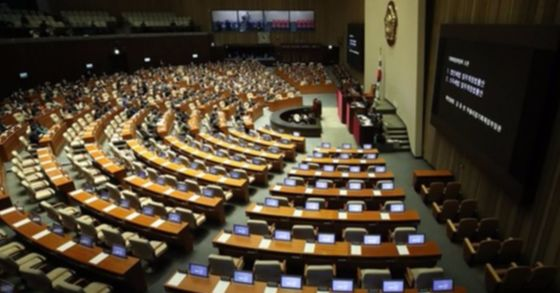 5일 국회 본회의장에서 열린 예산안 및 부수법안 처리를 위한 본회의가 자유한국당 의원들이 참석하지 않은 가운데 열리고 있다. [사진 연합뉴스]