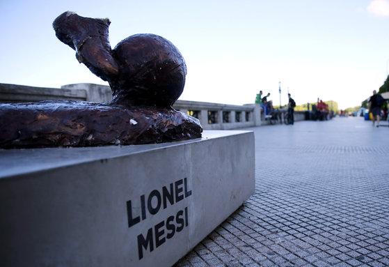 5일 아르헨티나 부에노스아이레스 영광의 거리에 있던 메시의 동상이 훼손돼 있다. [로이터=연합뉴스]
