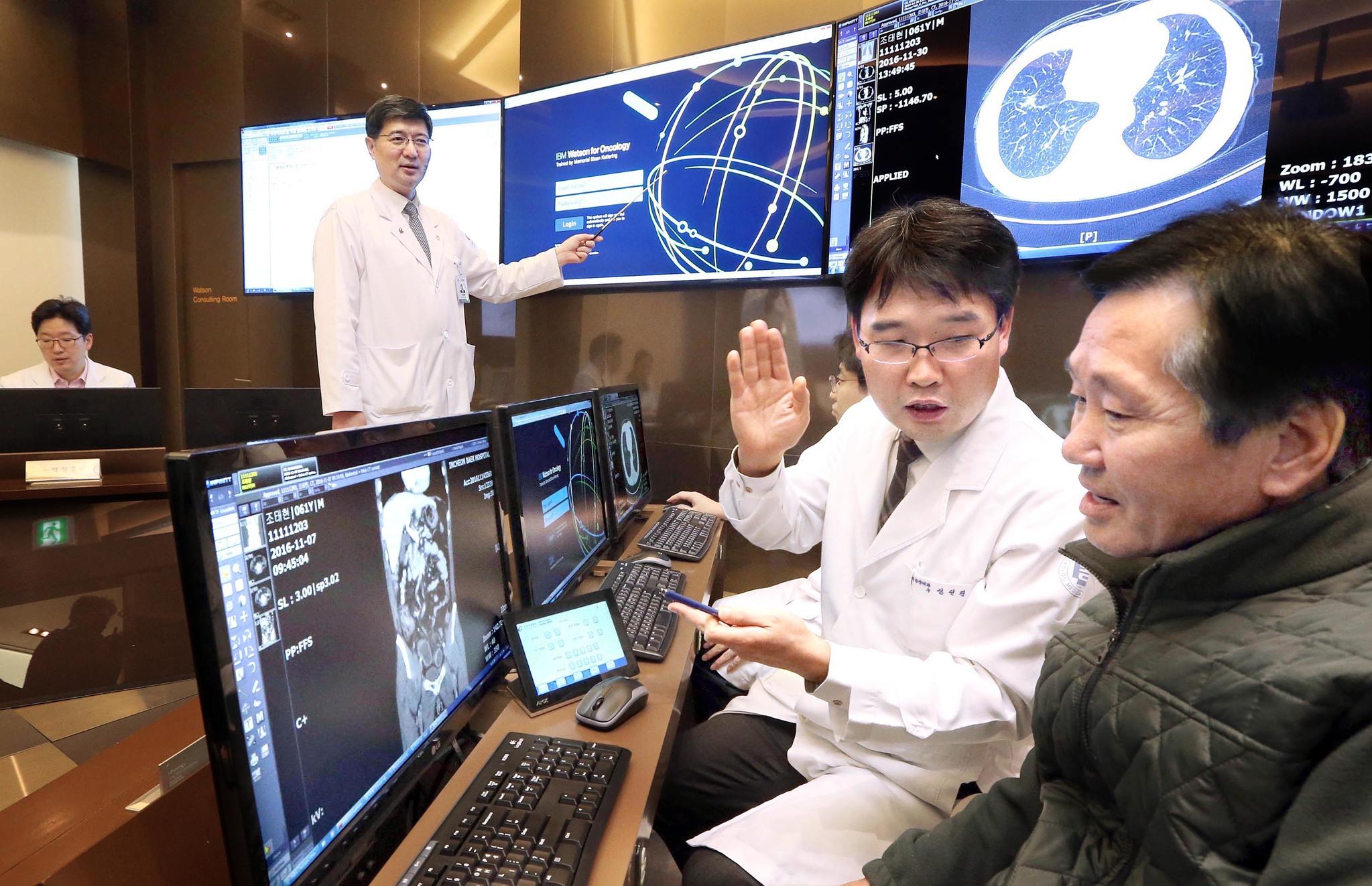 가천대 길병원 의료진이 지난해 12월 인공지능 암센터에서 왓슨을 활용해 대장암 환자 조태현씨(오른쪽)에게 진료 방법을 소개하고 있다. [중앙포토]