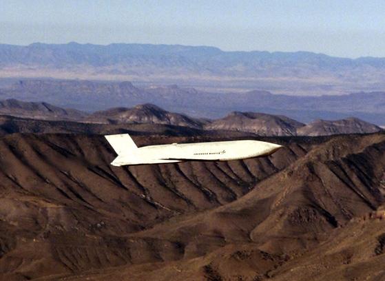 B-1B 랜서 폭격기에 24기까지 장착가능한 장거리 공대지 순항미사일 AGM-158 재즘(JASSM) 미사일[미 공군]