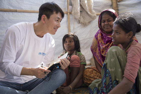 배우 정우성씨가 4일(현지시간) 로힝야 난민촌에서 누리샤(40)와 그의 딸 마리암(10), 파팀(5)을 만나 대화하고 있다. 그들은 12일 전에 방글라데시로 왔다. 미얀마가 안전해지면 다시 돌아가고 싶다고 했다. [제공: 유엔난민기구/J. Matas]