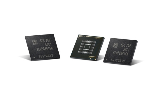 삼성전자는 10분짜리 초고화질(UHD) 동영상 130편을 연속 저장할 수 있는 스마트폰용 내장 메모리 '512GB eUFS'를 지난달부터 양산했다. 데이터 저장 용량은 늘었지만, 처리 속도는 기존 제품 수준을 유지했다. [사진 삼성전자]