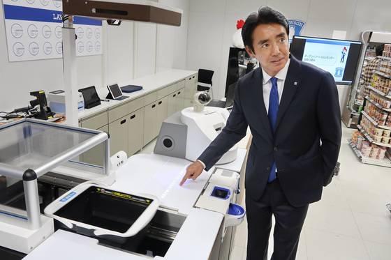 일본, 인력난에 '차세대 편의점 실험' 눈길…무인계산 도입   (서울=연합뉴스) 인력난이 심한 일본에서 24시간 편의점 체인들이 일손을 줄이려고 인공지능(AI)과 사물인터넷(IoT) 등을 활용하는 '차세대편의점' 실험을 진행 중이다. 일본 편의점 로손의 다케마스 사나노부 사장이 지난 4일 도쿄도내 실험시설 '로손 이노베이션 랩'을 공개하고 있다. 2017.12.5 [교도 제공=연합뉴스]   photo@yna.co.kr (끝) <저작권자(c) 연합뉴스, 무단 전재-재배포 금지>