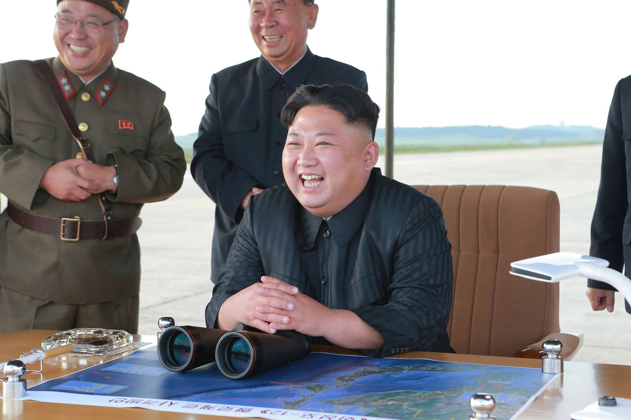 북한 김정은이 9월 15일 화성-12형 중장거리탄도미사일 발사장면을 지켜보고있다.[AP=연합뉴스]