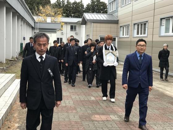 6일 오전 제주도 서귀포산업과학고에서 엄수된 고 이민호군 영결식후 유가족들이 이군의 사진을 들고 학교를 돌아보고 있다 . 최충일 기자