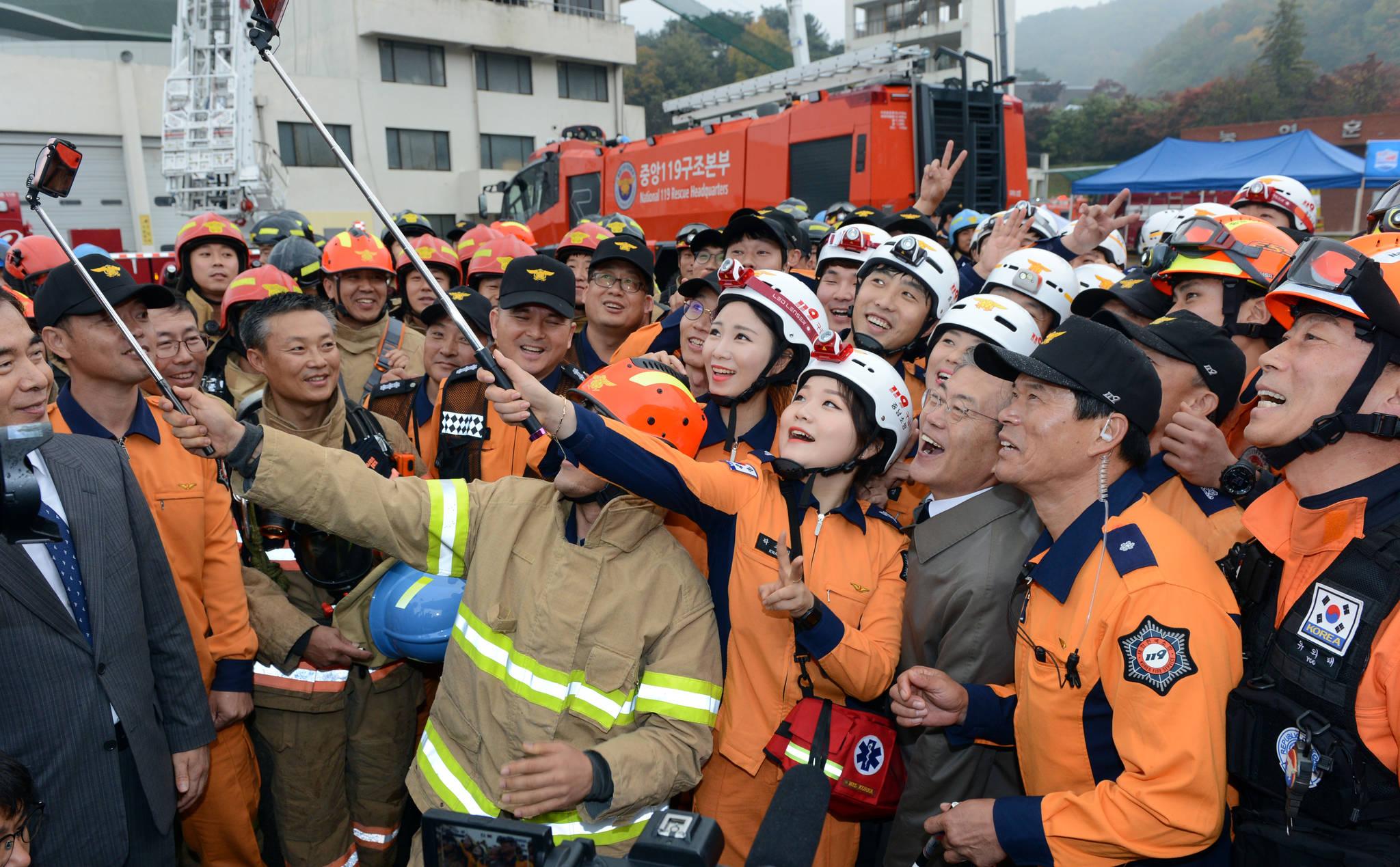 지난 3일 충남 천안 소방학교에서 열린 소방의 날 행사에 참석한 문재인 대통령이 행사를 마친 후 소방관들과 기념촬영을 하고 있다.청와대사진기자단