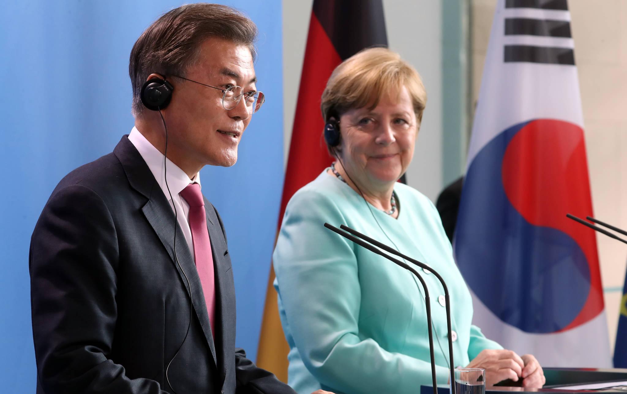 문재인 대통령이 7월 5일 오후(현지시간) 독일 베를린 연방총리실 청사에서 앙겔라 메르켈 독일 총리와 함께 기자회견을 하고 있다.청와대사진기자단