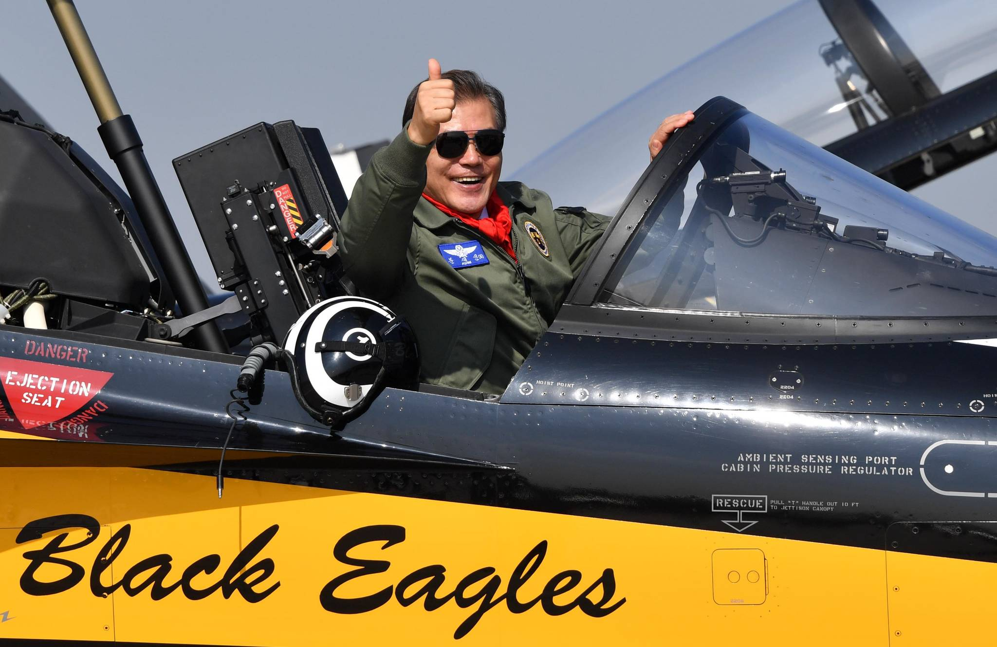 문재인 대통령이 10월 17일 오전 성남 서울공항에서 열린 '서울 ADEX 2017' 국제 항공우주 및 방위산업 전시회 개막식에서 블랙이글스 조종석에 올라 엄지를 치켜세우고 있다.청와대사진기자단