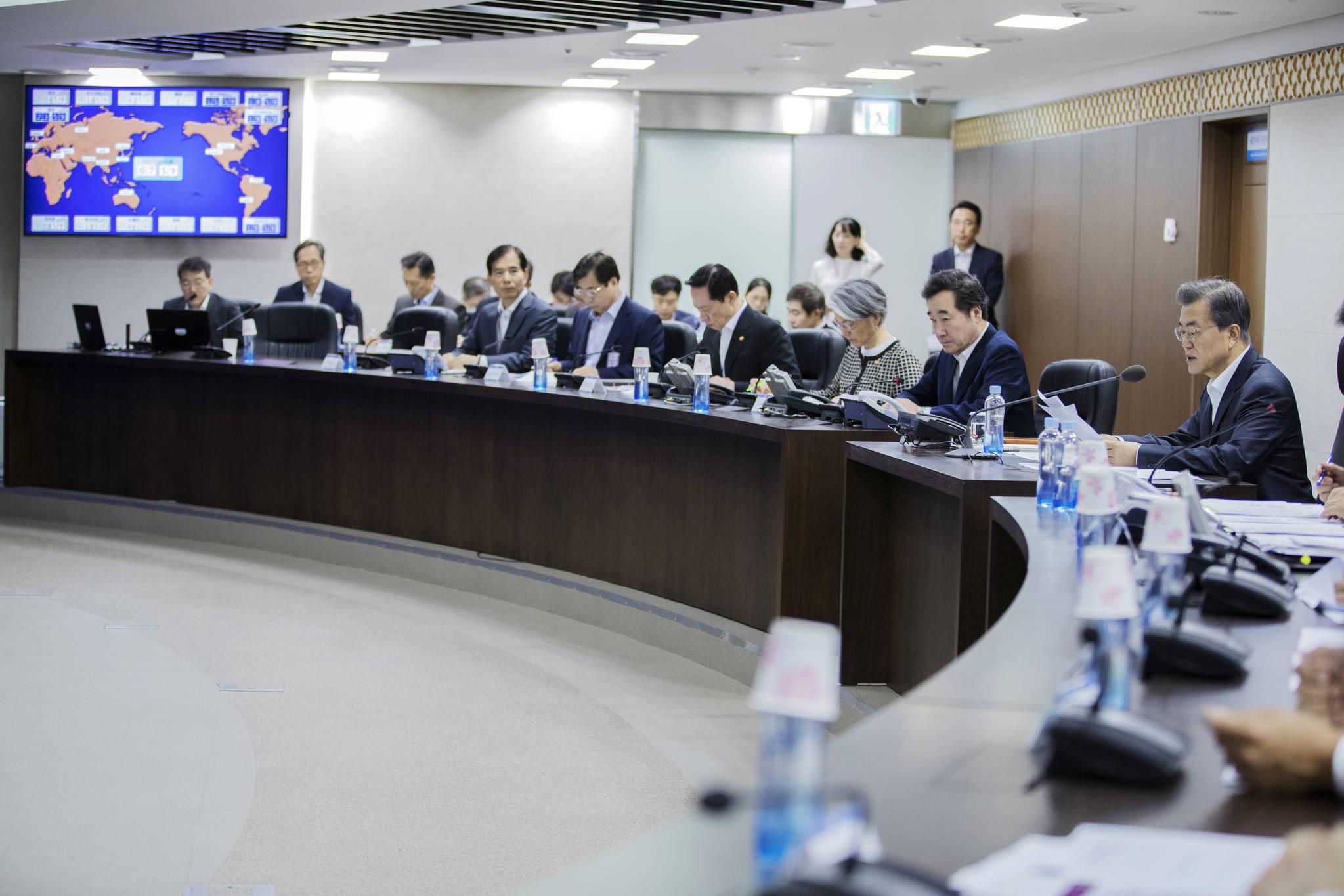 9월 15일 오전 문재인 대통령이 청와대 국가위기관리센터에서 북한 미사일 도발과 관련해 국가안전보장회의(NSC) 전체회의를 주재하고 있다. [사진 청와대]
