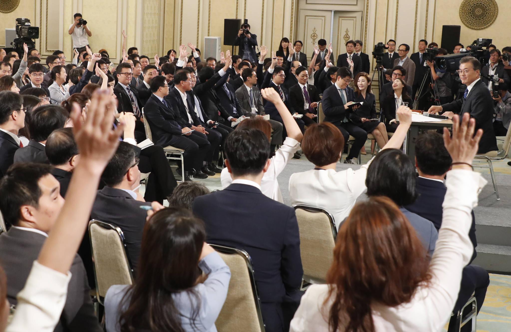 문재인 대통령 취임 100일을 맞아 8월 17일 오전 청와대 영빈관에서 열린 기자회견에서 문재인 대통령이 기자들이 질문을 하기위해 손을 들고 있다. 청와대사진기자단