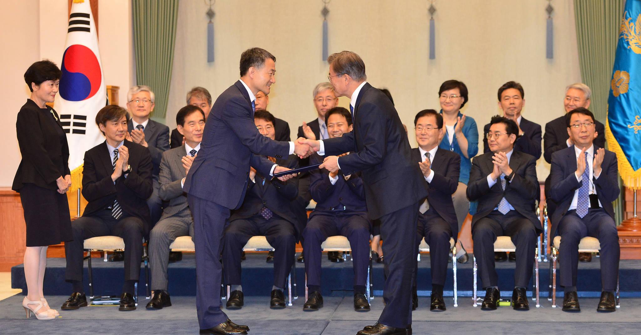 7월 21일 청와대에서 열린 국무위원 임명장 수여식에서 문재인대통령이 박능후 보건복지부장관에게 임명장을 수여한 후 악수하고 있다.청와대사진기자단