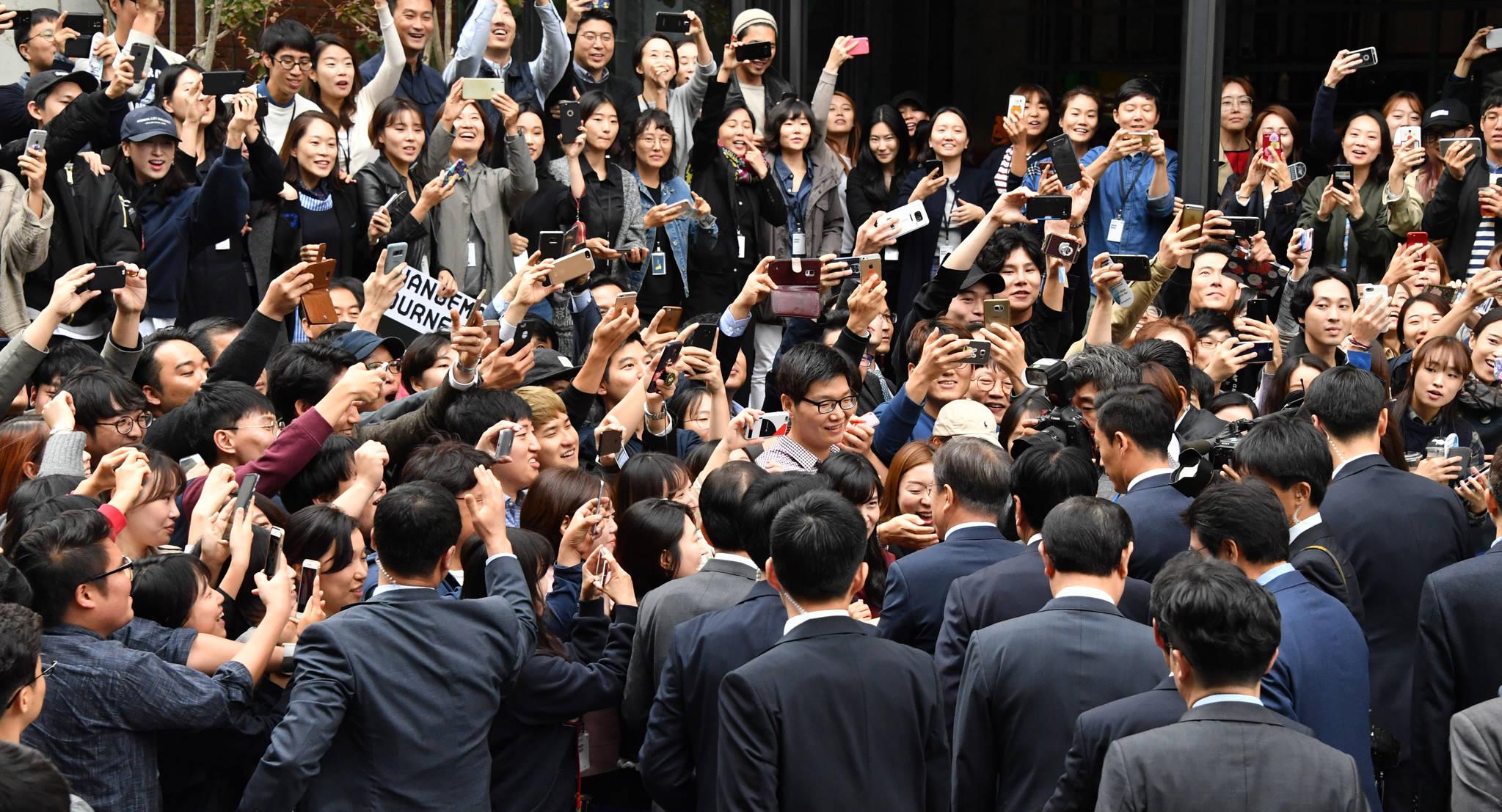 문재인 대통령이 10월 18일 오후 서울 성동구 성수동에서 열린 제3차 일자리위원회에 참석하기 위해 헤이그라운드에 도착해 직원들과 인사를 나누고 있다. 청와대사진기자단