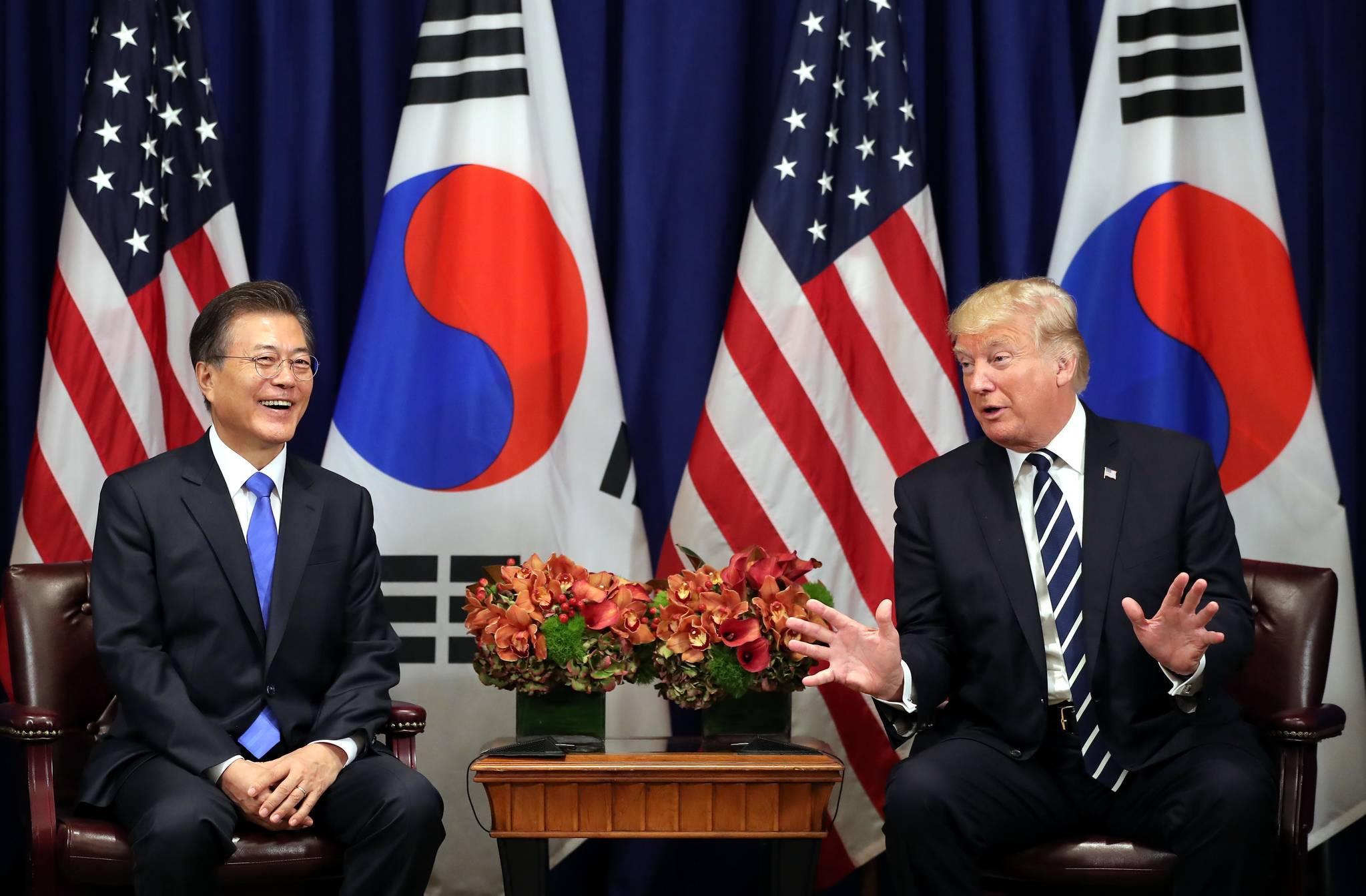 제72차 유엔 총회 참석차 미국을 방문 중인 문재인 대통령이 9월 21일(현지시간) 뉴욕 롯데팰리스 호텔에서 트럼프 미국대통령과 정상회담을 하고 있다.뉴욕=청와대사진기자단