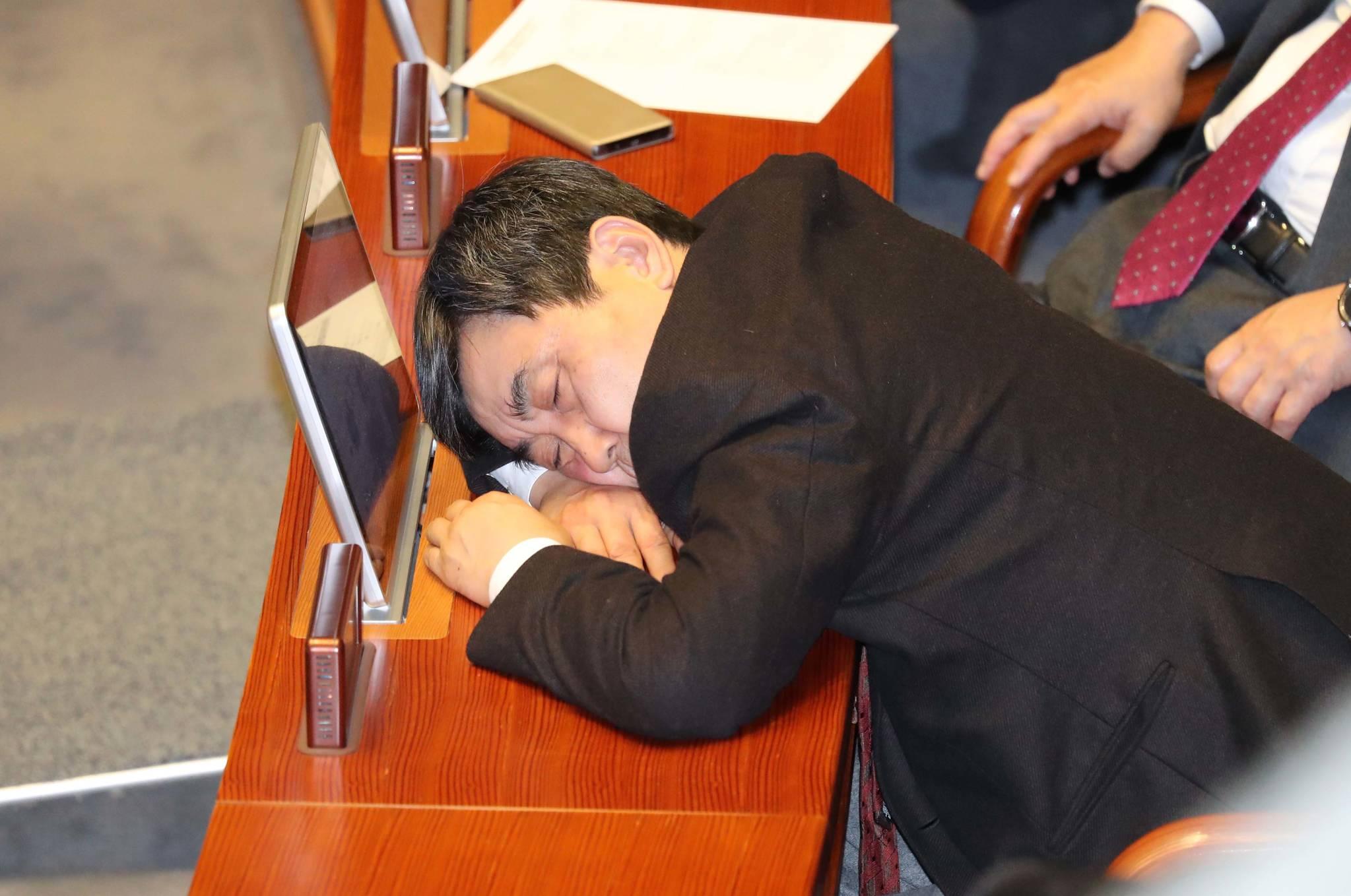 6일 0시 26분 민주당 이종걸 의원이 내년도 예산안 표결에 앞서 찬반토론이 이어지고 있는 가운데 본회의장에서 잠을 자고 있다.조문규 기자
