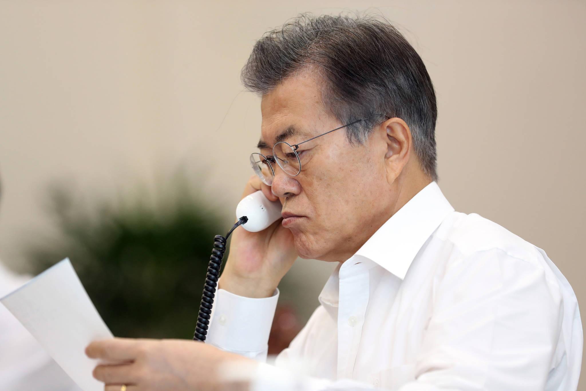 문재인대통령이 9월 4일 오전 여민1관 소회의실에서 아베 일본 총리와 전화 통화를 하고 있다.[사진 청와대]