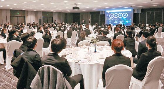 숭실대 숭실호스피탈리티 직업전문학교의 호텔경영학 전공 학생들이 호텔 투어 행사에 참석해 현장 실무와 취업전략에 대한 특강을 듣고 있다.