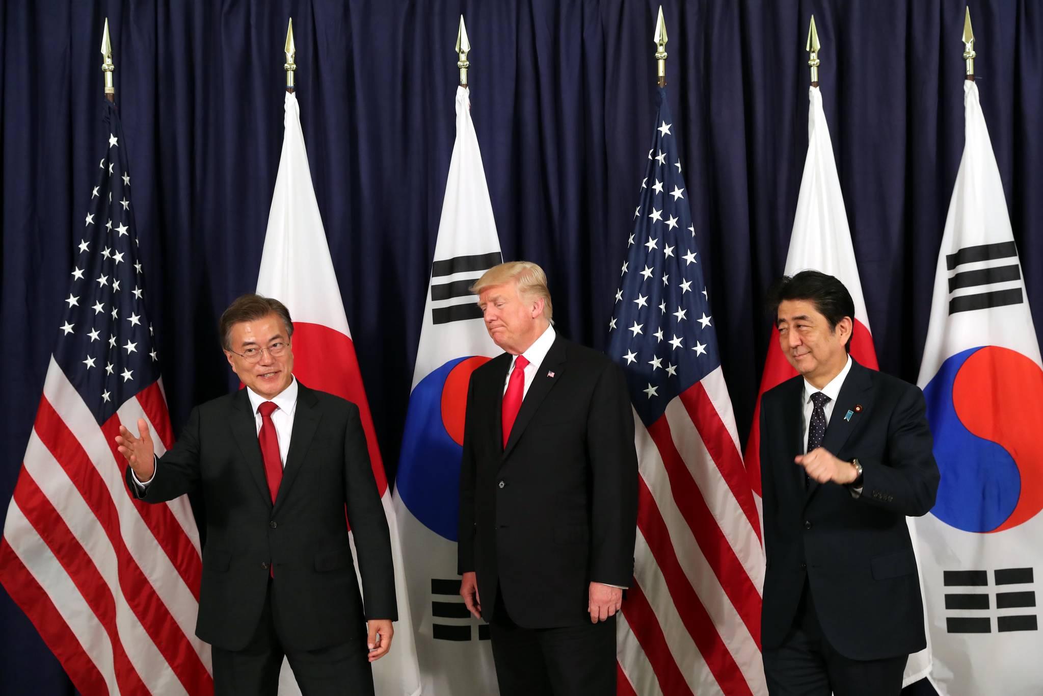 7월 6일 오후(현지시간) G20 정상회의 참석차 독일을 공식 방문 중인 문재인 대통령이 주함부르크 미국총영사관 에서 도널드 트럼프 미국 대통령, 아베 신조 일본 총리와 한?미?일 3국 정상만찬에 앞서 기념촬영을 마친뒤 퇴장하고있다.청와대 사진기자단