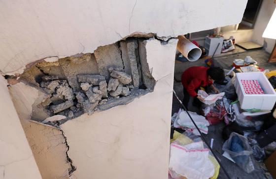 지난 1일 오후 경북 포항시 북구 학산동 한 지진피해 가정에서 세입자가 짐을 정리하고 있다. [연합뉴스]