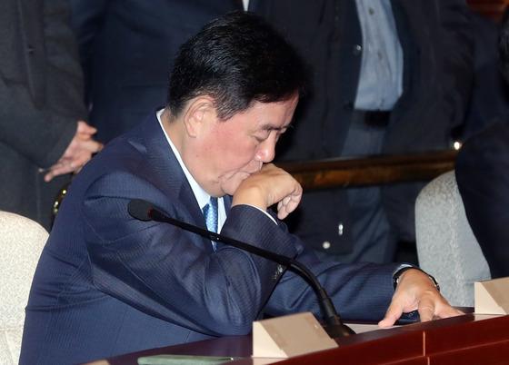 검찰조사를 앞두고 있는 최경환 자유한국당 의원이 24일 의원총회에 참석해 신상발언을 한뒤 자리로 돌아가고 있다. 강정현 기자/171124