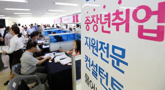 북적이는 중장년 일자리 박람회. [부산=연합뉴스] <저작권자(c) 연합뉴스, 무단 전재-재배포 금지>