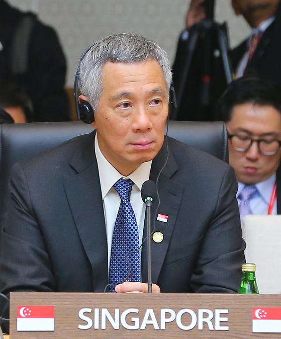 2014년 12월 부산 벡스코에서 열린 한·아세안 특별정상회의에 참석한 리셴룽 싱가포르 총리.싱가포르는 '하나의 중국'을 인정하면서도 양안 사이에서 등거리 외교를 해왔다는 평가다. 미국과 중국 사이에서도 독자성을 유지하면서도 서로 협력하는 등거리 외교를 펼쳐왔다. 하지만 국방 분야에선 중국과의 밀착을 극구 사양하면서 미국과 군사 관계를 강화하고 있다. 중국한반도에선 남북한 등거리 외교도 펴고 있다. 물론 유엔 안전보장이사회의 대북 제재에는 적극적으로 참여하고있다. 강소국 싱가포르의 합리적이면서도 자존심 있는 외교가 눈에 띈다. [사진제공=한-아세안특별정상회의]