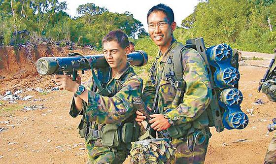 싱가포르 육군의 군인들이 대만 남부에 있는 해외 훈련장에서 '싱광(星光)계획'에 다른 전술훈련을 하고 있다. 정기적인 교육과 훈련으로 전술을 익히는 것은 강한 군대를 유지하는 기본이다. 국토가 좁은 싱가포르는 공군은 미국, 호주, 프랑스, 카타르 등에서 육군은 부르나이, 태국, 대만 등에서 각각 훈련하고 있다. 특히 1975년 이후 계속되고 있는 대만에서의 군사훈련 '싱광 계획'은 1990년 대중 수교 이후에도 계속돼 왔다. 중국과 협력하면서도 국가안보에선 자주성을 유지하려는 노력이다.[싱가포르군]