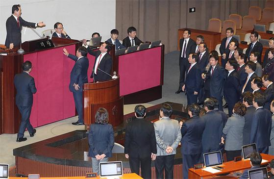 의장석 앞 몰려나온 한국당 의원들