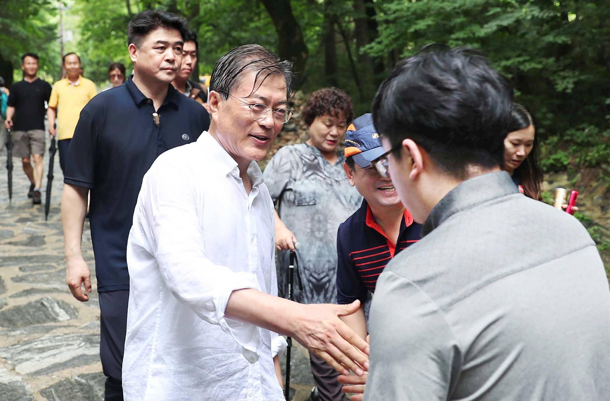 휴가 2일차이던 지난 7월 31일 문재인 대통령은 오대산 상원사길을 걸었다. 길을 걸으며 시민들과 인사 나누고 있다.[사진 청와대]