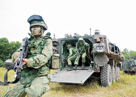 싱가포르가 대만 남부에서 진행하는 싱광(星光)계획의 현장. 싱가포르군이 장갑차를 타고 전술 훈련을 하고 있다. 국토가 좁은 싱가포르에선 기갑부대는 물론 포병 사격 훈련도 쉽지 않다.그래서 미수교국인 대만의 훈련장을 대여해 군사훈련을 하고 있다. 싱광계획은 중국의 압력으로 일시 유예되고 있지만 싱가포르는 중단이나 포기라는 말은 절대 입에 올리지 않았다.