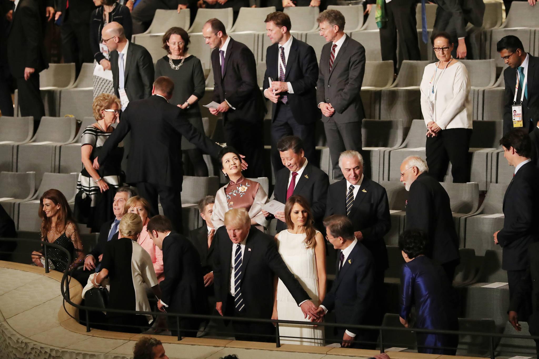 7월 7일 오후(현지시각) 독일 함부르크 엘브필하모니에서 열린 G20정상회의 문화공연장에서 트럼프 미 대통령이 문재인 대통령의 손을 잡아 당기고 있다./청와대사진기자단