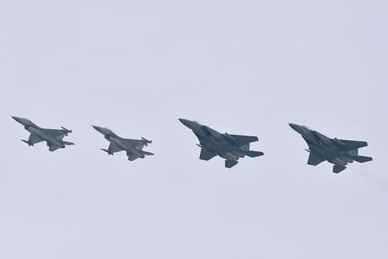 싱가포르 공군의 F-15SG와 F-16 전투기가 나란히 비행하고 있다. F-15SG 40대와 F-16 60대를 보유한 싱가포르는 스텔스기인 F-35 통합공격기 도입도 추진 중이다. [사진=싱가포르 공군]