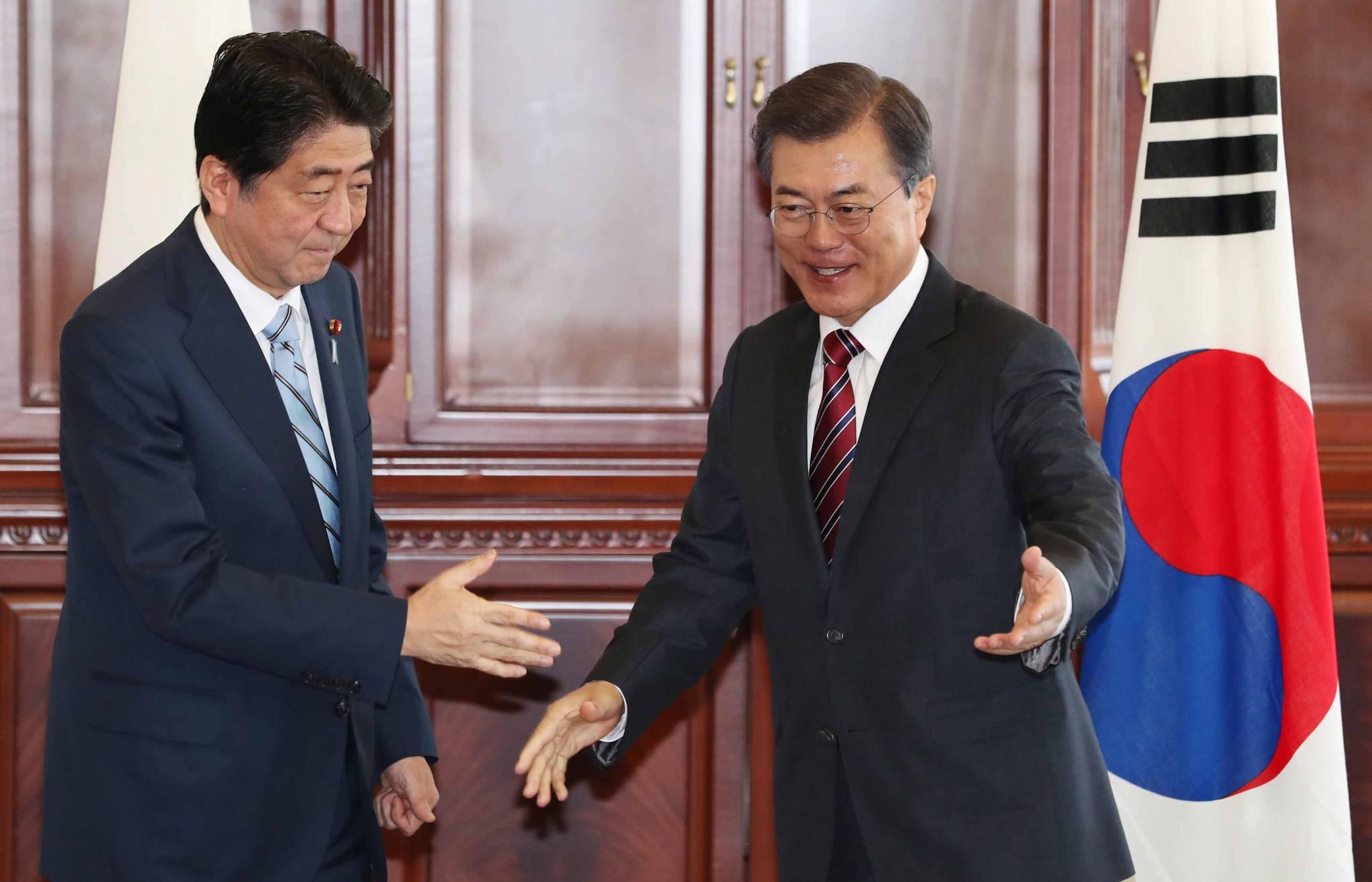 문재인 대통령이 9월 7일 러시아 블라디보스토크 극동연방대에서 아베 신조 일본 총리와 한-일 정상회담 전 만나고 있다. 청와대사진 기자단