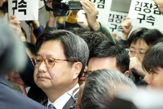 김장겸 전 MBC 사장이 지난달 8일 서울 여의도 방송문화진흥회에서 열린 자신의 해임안 처리를 위한 임시 이사회에 참석하기 위해 회의실로 들어서며 노조원들의 항의를 받고 있다. [중앙포토]