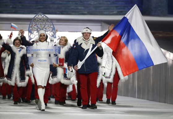 IOC가 러시아의 2018 평창겨울올림픽 출전을 금지시켰다. 사진은 지난2014 소치겨울올림픽 개회식 당시 입장하는 러시아 선수단. [AP=연합뉴스]
