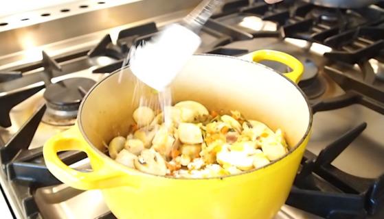 채소를 충분히 볶다가 밀가루를 넣어 재료와 걸쭉하게 섞이도록 잘 볶는다.