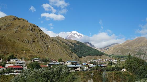 코카서스 3국 중 하나인 조지아. 세 시간만 차를 타고가면 코카서스 산맥의 아름다운 산, 카즈벡 산을 볼 수 있다.