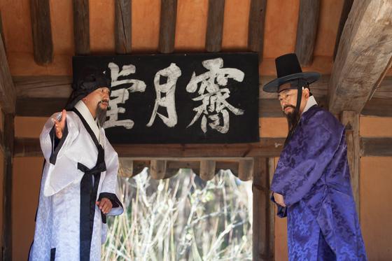 '소쇄처사 양산보와 함께 걷는 소쇄원'에 참여한 연기자들이 한국 정원의 원형으로 꼽히는 소쇄원에서 조선시대 선비들의 풍류를 재연하고 있다. [사진 ㈔전라도지오그래픽]