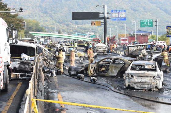 지난달 2일 오후 1시 20분쯤 경남 창원시 창원터널 인근에서 5t 화물차가 폭발해 3명이 숨졌다.송봉근 기자