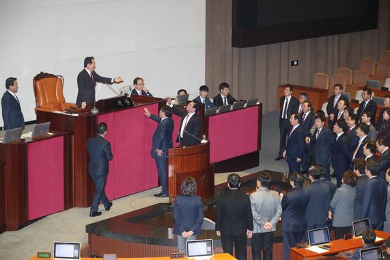 새해 예산안 처리를 위한 지난 5일 국회 본회의는 한때 파행됐다. 자유한국당 의원들이 이날 밤 정세균 국회의장이 본회의를 진행하자 의장석 앞에서 항의하고 있다. 예산안은 한국당 의원들이 표결을 보이콧한 가운데 통과됐다. 강정현 기자