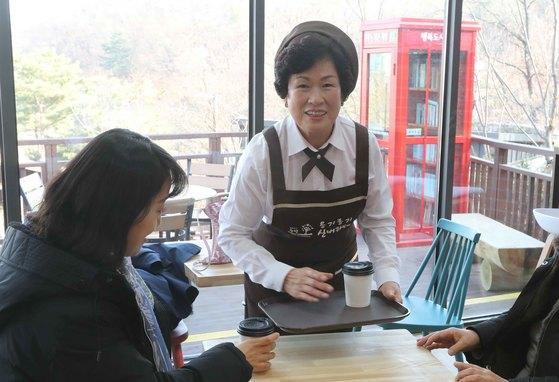표순열(61) 씨가 중랑구 신내동 봉화산 옹기종기 테마파크에 있는 옹기종기 카페에서 자신이 만든 커피를 손님들에게 전달하고 있다. 김상선 기자
