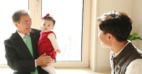 문재인 대통령이 7일 오전 서울 노원구 '노원 에너지 제로(EZ) 주택 오픈 하우스' 행사 도중 한 신혼부부 입주세대를 방문하고 있다. [연합뉴스]