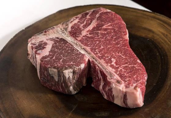 쇠고기는 맛있다. 이 맛있는 고기를 얻기 위한 비용은 막대하다. 가축을 키우는 데는 넓은 땅과 엄청난 사료가 필요하다. 환경 오염과 전염병도 축산업이 낳는 재앙 중 하나다. [중앙포토]