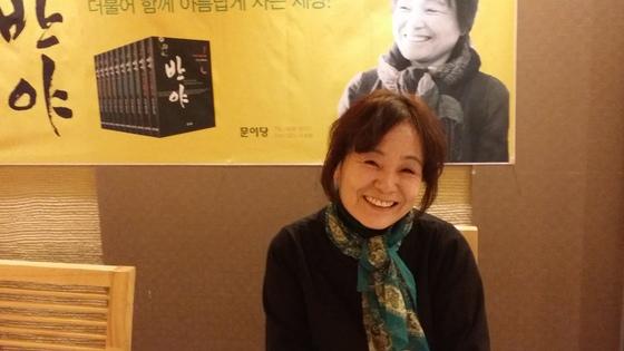 10권 짜리 대하소설 『반야』를 출간한 송은일씨. 오랜 만에 보는 여성작가의 대하소설이다. [연합뉴스]